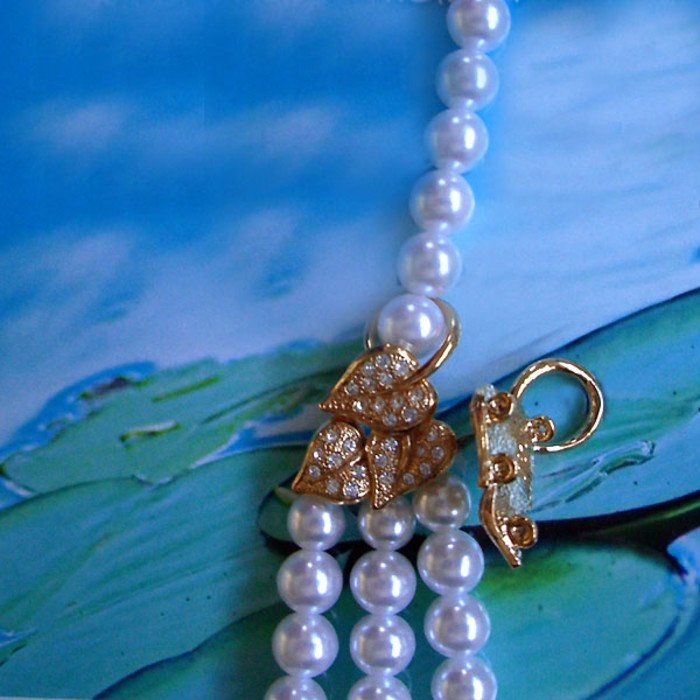 This loop offers the possibility to integrate  further rows of pearls into a necklace.